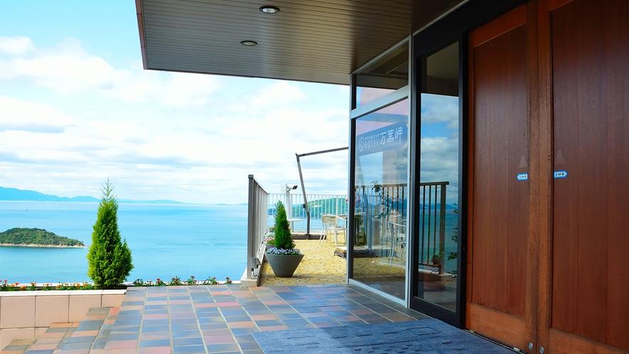ホテル万葉岬エントランス・美しい瀬戸内の景色が広がります。