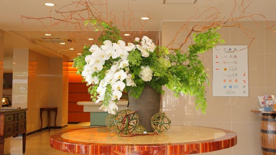 ホテル万葉岬ロビー・季節の花々がお出迎え