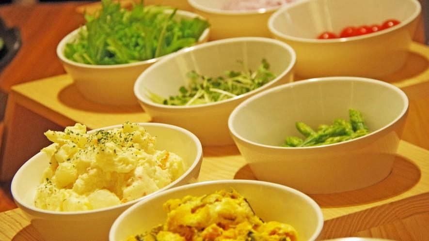*夕食ビュッフェ一例 サラダは様々な種類をご用意※内容は変更となる場合があります