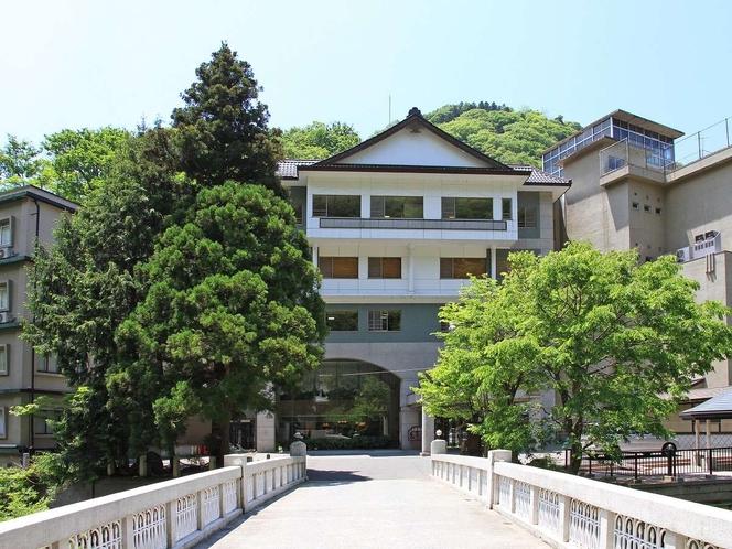 姉妹館 新滝(徒歩3〜4分)への湯めぐりを無料でご案内しております。温泉街散策はいかがですか?
