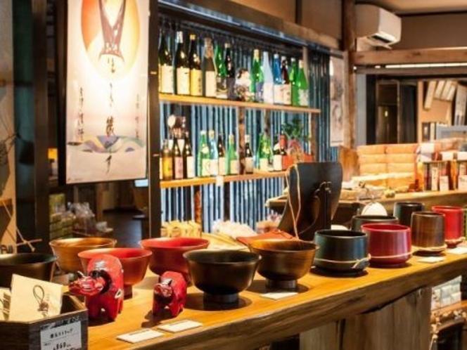 ロビーに併設の土産処。民芸品や伝統工芸品。会津の魅力たっぷりの厳選した商品を並べています。