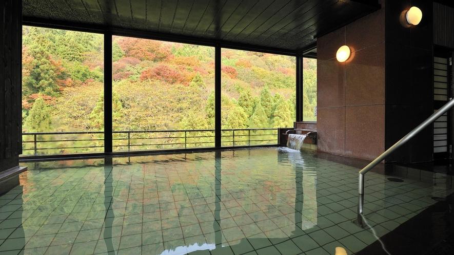 *展望大浴場 秋のころは紅葉をを楽しみながらお風呂にゆったりつかって…