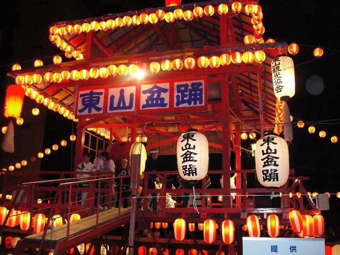 【東山の盆踊り】毎年お盆に開催される盆踊り。東山を流れる湯川の上に立つ櫓がノスタルジックですよ♪