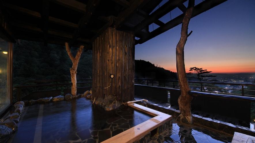 *展望露天風呂 夕暮れ時は城下町の明かりを眺めながら…