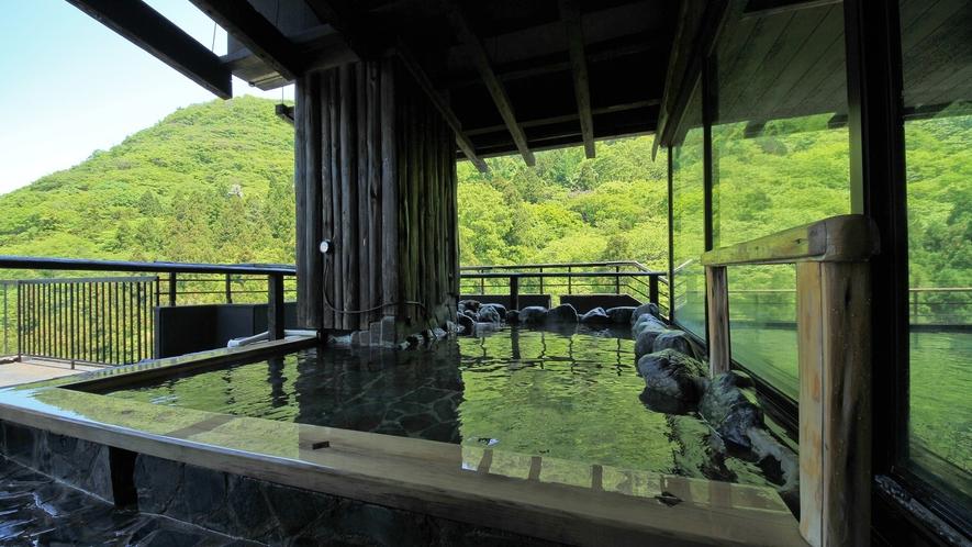 *展望露天風呂 自然豊かな東山温泉の山々の景色をお楽しみいただけます