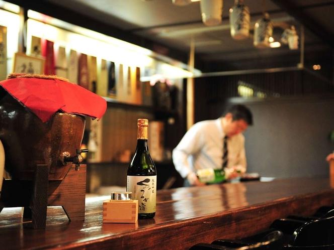 バーカウンター「地酒の館」ではおちょこ1杯から気軽に地酒をお楽しみいただけます。