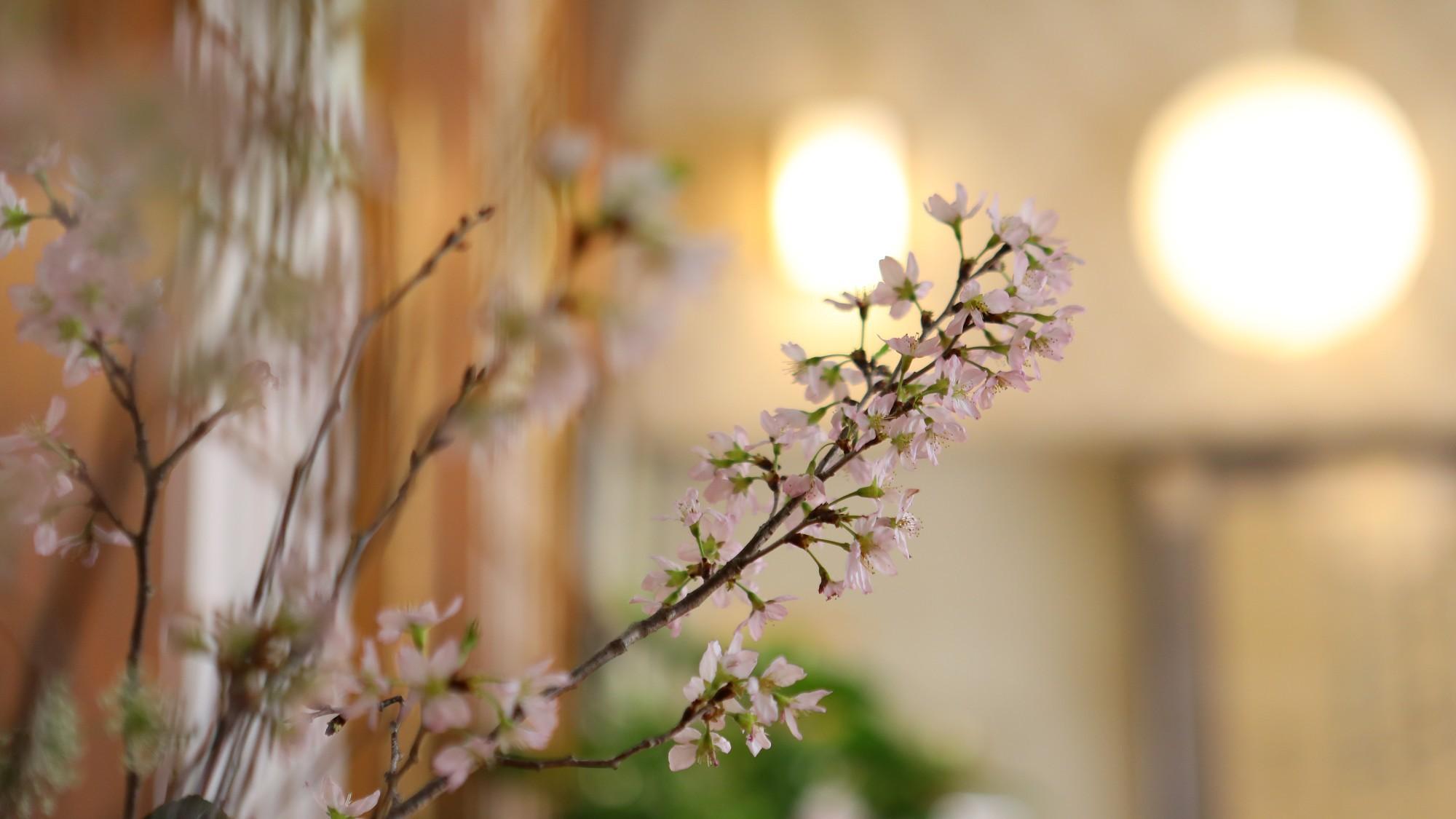 季節の花を添えて、皆様のご来館を心よりお待ちいたしております。
