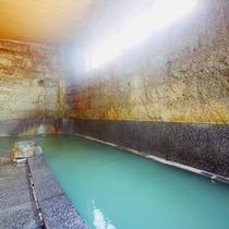 岩風呂には打たせ湯がございます。