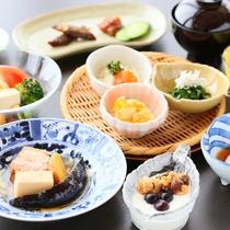 目覚めの朝に嬉しい朝食膳は、新鮮な野菜をふんだんに使っています。