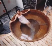 温泉浴槽・高野槇巨大樽風呂