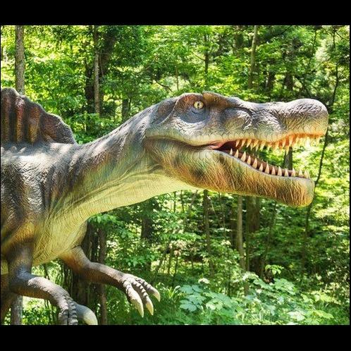 リアルな恐竜が公園にも!