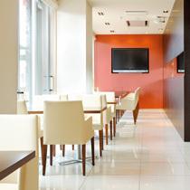 ホテル内カフェは光が降り注ぐ空間