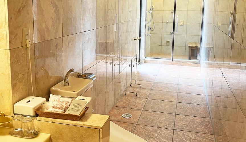【部屋】スイートルームロゼオ05 トイレ、シャワー室