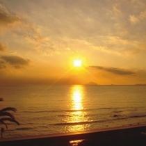 洋上から昇る朝日