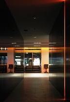 エレベーターからロビーを望む