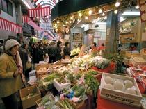 大阪の台所、食べ歩き天国の黒門市場までは電車一本の好アクセス!食い倒れの大阪ここにあり。