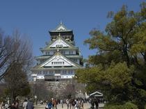 太閤さんの大坂城はお散歩スポットとしても人気。春は梅や桜、秋は紅葉と季節の移り変わりも感じれます。