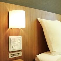 ベッドヘッドに調光機能付きライトがございます。