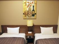◆スタンダードツインの枕元◆アラーム付の時計・照明の調整ボダンあり。