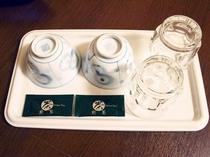 コップと湯飲み茶わん◆客室にはワンダッチでお湯が沸くポットもございます。