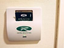 電源ポケット◆客室に入ってすぐの壁にございます。ルームキーを刺してお部屋全体の電源をON。