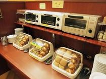 朝食バイキングメイン会場-本館◆パンコーナー。トースターで焼いてお召し上がり下さい。