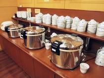 朝食バイキングメイン会場-本館◆ご飯コーナー。白米、おかゆ、五穀米・・・内容は日によって替わります。