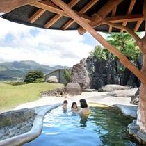 露天風呂から阿蘇五岳の絶景を見渡す
