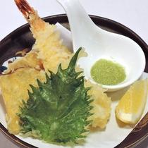 【ご夕食一例】カリカリの天婦羅は、レモンと抹茶塩でご賞味下さいませ。
