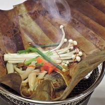 【ご夕食一例】季節の素材が満載の朴葉包み。アツアツのうちに召し上がれ!