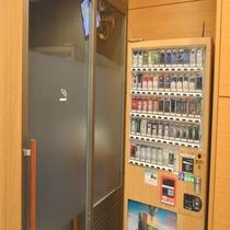◆【館内施設】『喫煙ブース』 タバコの自販機は1階喫煙ブースの前に設置しております。