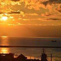 ◆【館内施設】『13階展望ラウンジ』最上階13階からの景観(夕焼け)