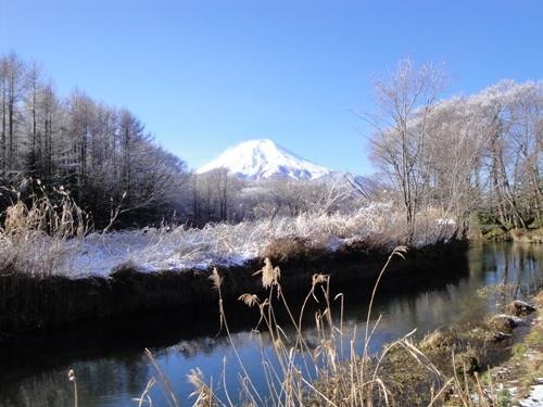 宿近くの桂川と富士山