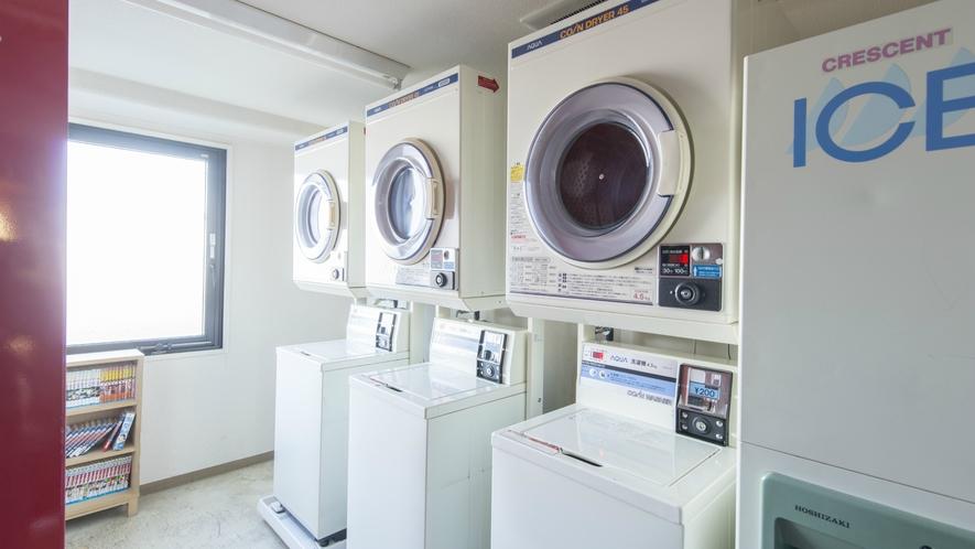 【館内】コインランドリーにはブルーカラーのお客様に好評の油汚れ専用洗剤バーを完備しています。