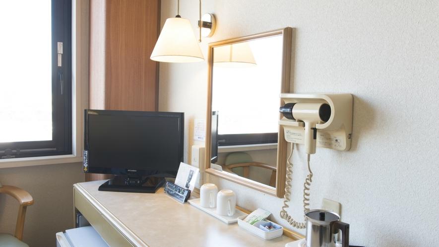 【お部屋】デスクも広々。Wi-Fi完備でお仕事やお食事にぜひご利用ください。