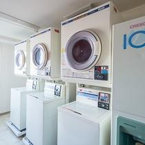 【館内】コインランドリーと、洗剤販売機がございます。