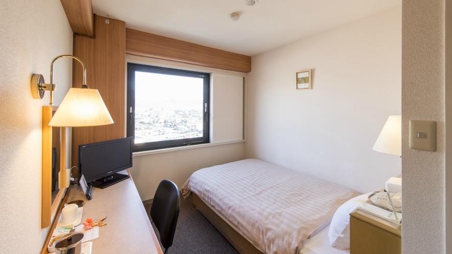 【お部屋】当館は特注セミダプルベッド完備。おひとり様でも広々とご利用頂けます。