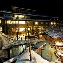 ■雪深い冬の露天風呂と外観