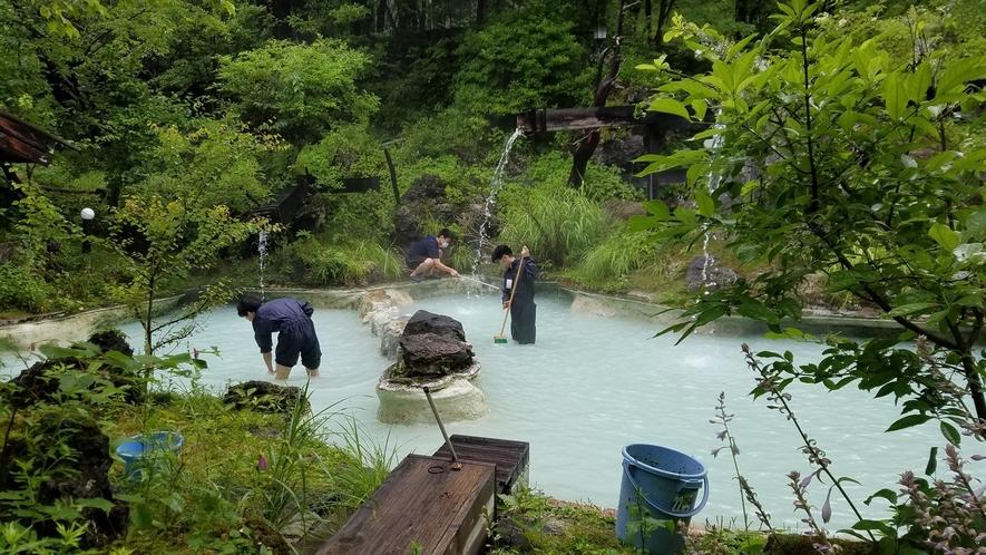 ・露天風呂清掃風景