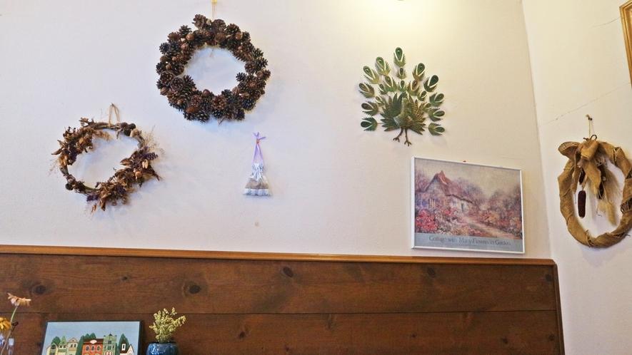 *館内一例/フロント付近には季節に併せた飾り物などを飾っております。