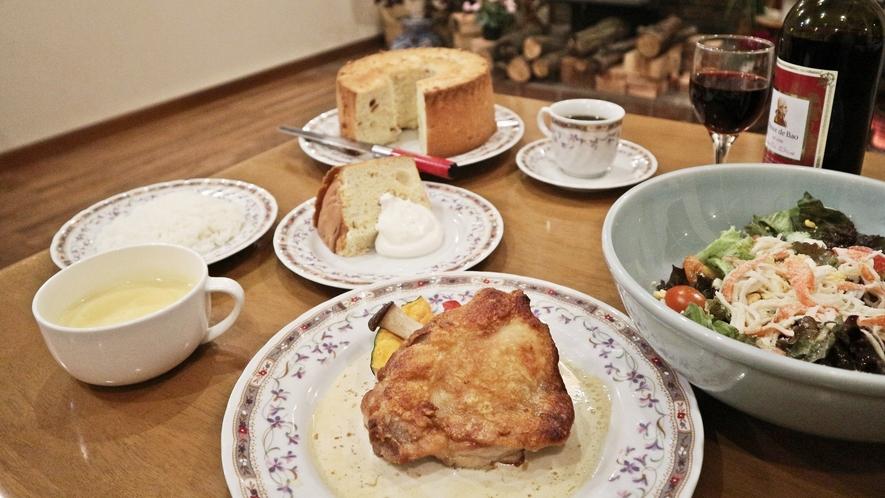 *夕食一例/暖かい雰囲気の食事会場でご家族や仲間で思い思いのお時間をお過ごしくださいませ。