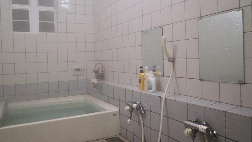 *館内一例/お風呂(共同)。シャンプーやボディソープなどございます。