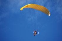 南陽スカイパークで空の旅へ。初心者でもパラグライダーなどのスカイレジャー体験をお楽しみいただけます。