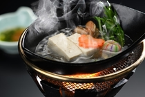 置賜地方で採れる秘伝豆を使用した湯豆腐です。枝豆の匂いや、濃厚な豆腐の味わいをお楽しみいただけます。