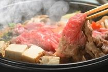 特産牛(山形牛・米沢牛)のすき焼きは当館自慢の一品。上質なブランド和牛を心ゆくまで堪能してください。