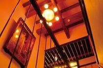 アンティークランプの灯りに照らされる名画の数々。ゆっくり芸術品を楽しみながらの滞在が当館の特徴です。