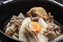 山形の秋の風物詩、芋煮鍋を大和屋で。濃厚な醤油のタレが染み込んだ里芋が、口のなかでとろけていきます。