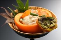 秋が旬の柿とクルミをたっぷり使った、甘い白和えです。器に見立てた柿が、秋の訪れを感じさせてくれます。