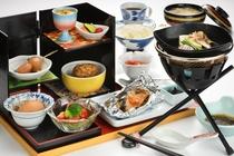 厳選食材を使用したこだわりメニューが並ぶ豪華な朝食棚膳。朝からすっきりとした一日を始められそうです。