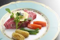 米沢牛ステーキを載せるお皿にもひと工夫。お洒落なノリタケのお皿が料理をさらに味わい深くしてくれます。